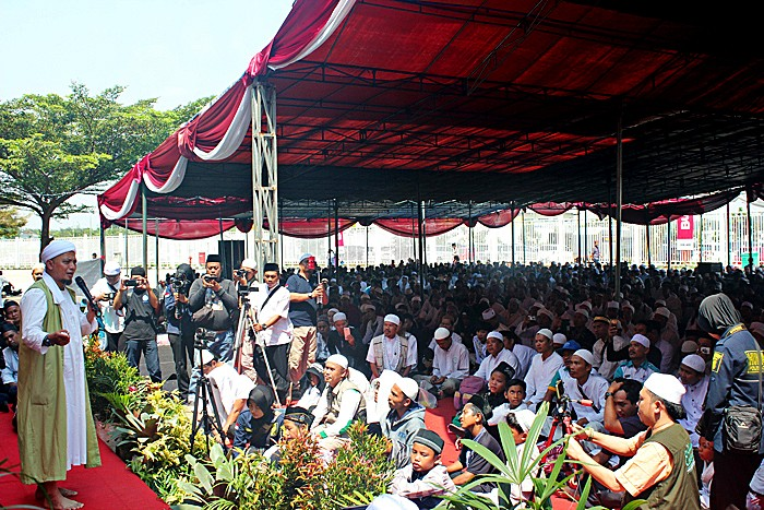 Religious adherence: Notable Islamic preacher Ustadz Arifin Ilham leads an istighotsah (mass prayer) that was attended by thousands of workers on Tuesday.