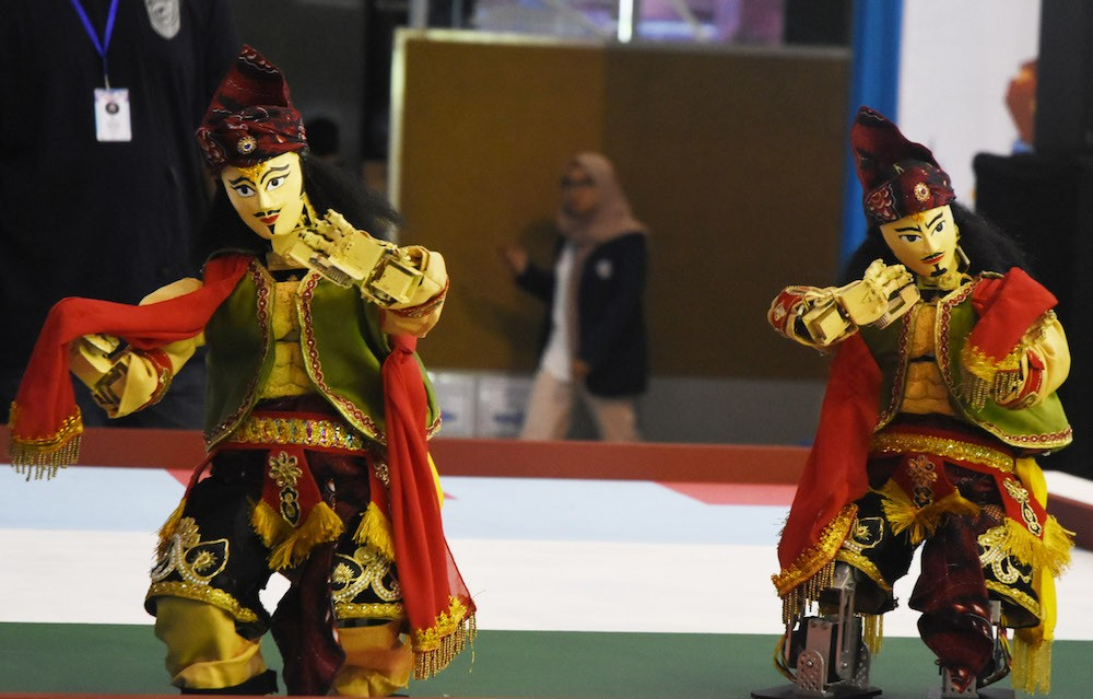 Dancing robots take center stage in Malang robotics competition