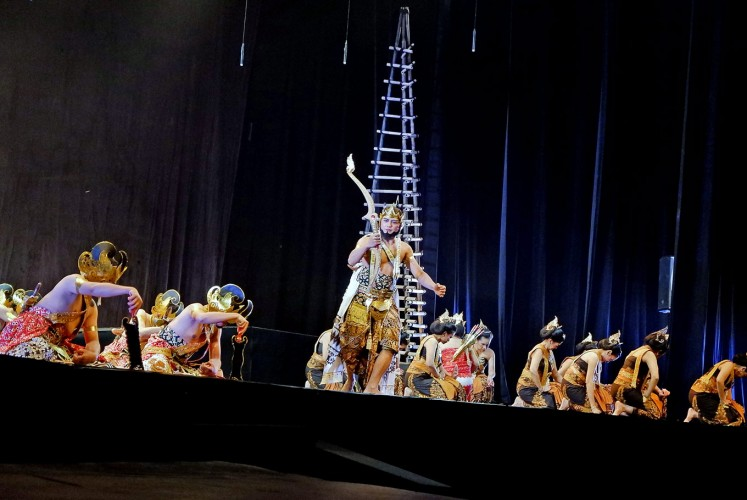 Ready for battle: Wasi Bantolo (center) plays Dewabrata during the dance opera Dewabrata on April 27 and 28 at Taman Ismail Marzuki in Central Jakarta.