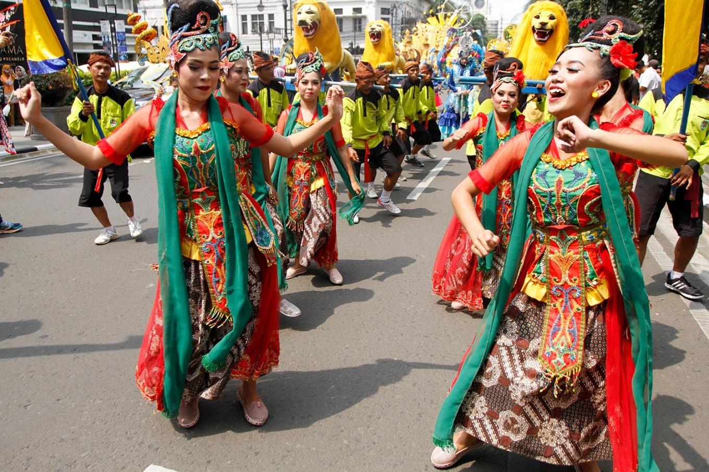 Dancers from Subang regency, West Java, take part in the Asia Africa carnival in Bandung on Saturday. JP/Arya Dipa