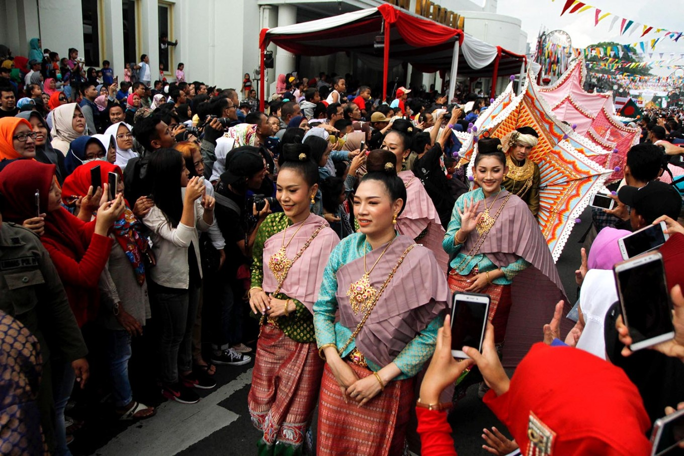 Onlookers flock to Jl. Asia Africa to watch the Thai delegation pass during the carnival. JP/Arya Dipa