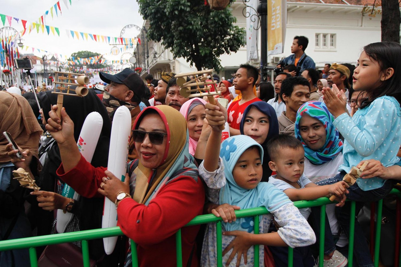 Thousands of visitors line up along Jl. Asia Africa to watch the carnival. JP/Arya Dipa