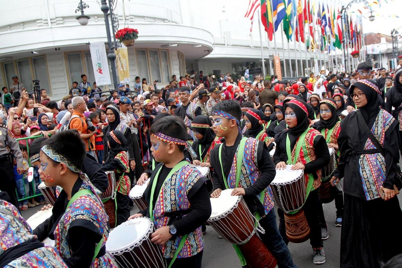Dozens of elementary school students take part in the carnival. JP/Arya Dipa