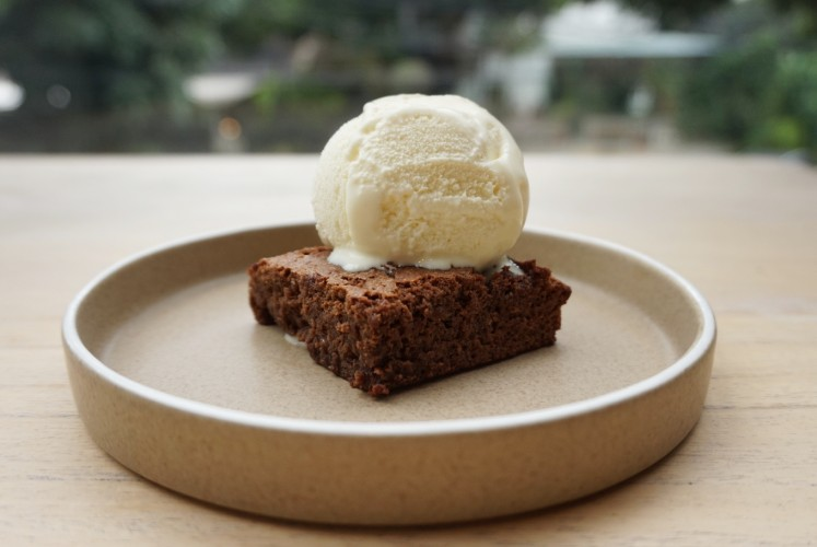 Salted caramel Lindt chocolate brownies with vanilla ice cream by Mister Sunday.