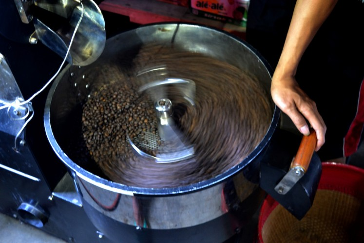 Coffee beans need to be roasted carefully. Bad or undersized beans must not be put in the roasting machine.