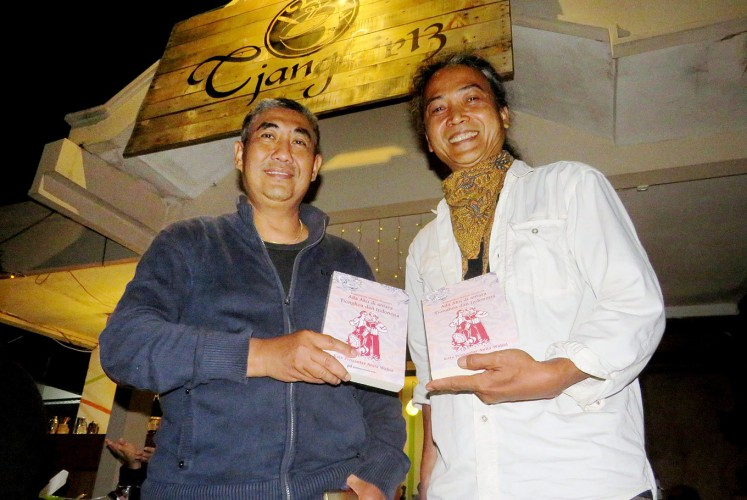 Sharing life experiences: Pietra Widiadi (left) and Kristanto Budiprabowo are two writers and editors of the book Ada Aku di Antara Tionghoa dan Indonesia (My presence between the ethnic Chinese and Indonesians).