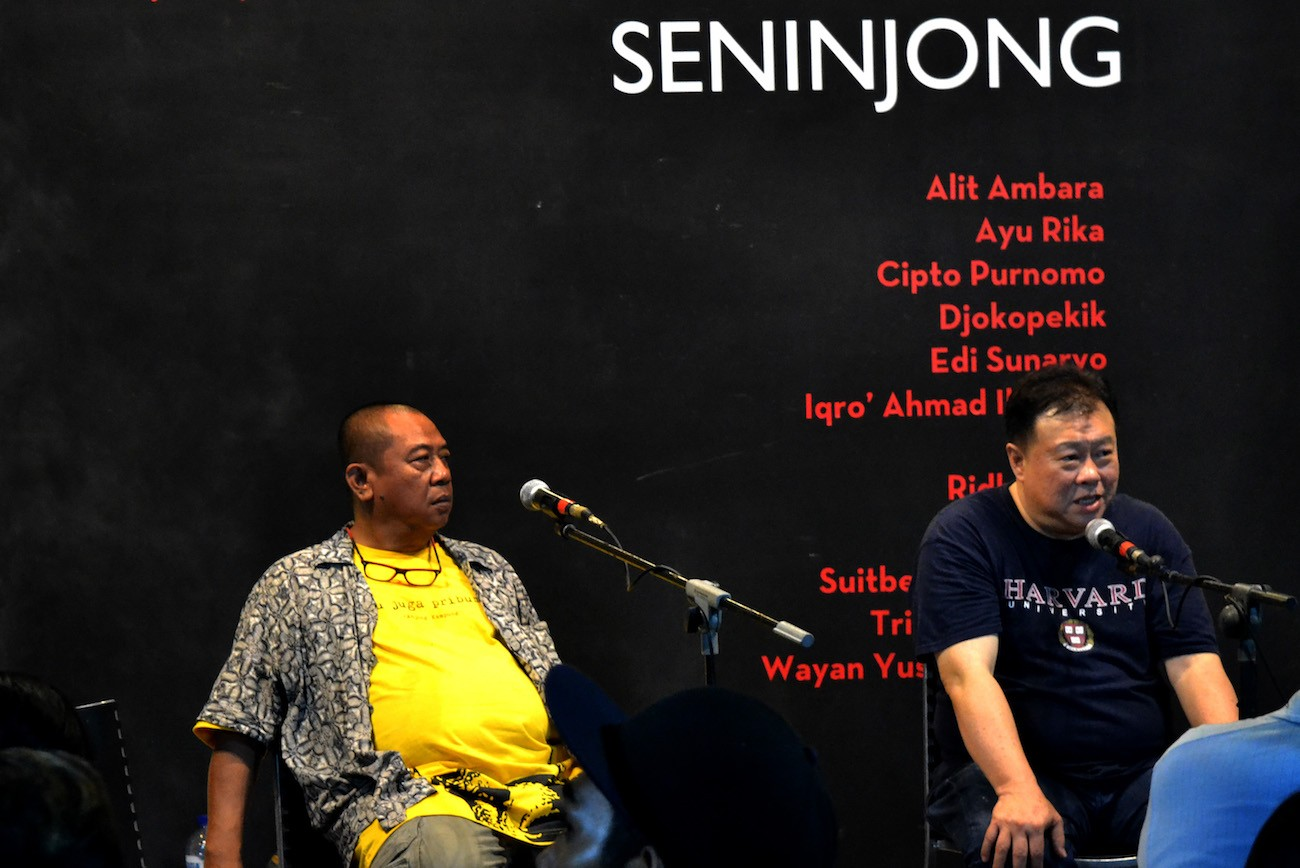 An art discussion at the opening of the Seninjong exhibition at the Pelataran Djoko Pekik Gallery, Yogyakarta.