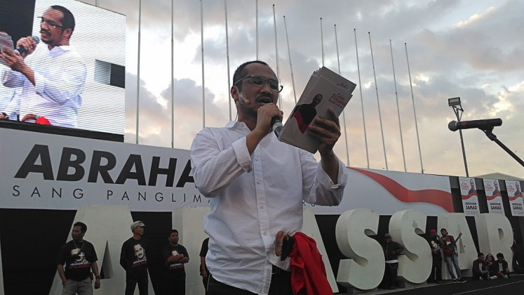 Time to run: Former Corruption Eradication Commission (KPK) chairman Abraham Samad declares his readiness to run as a presidential candidate at Losari Beach in Makassar, South Sulawesi, on May 7.
