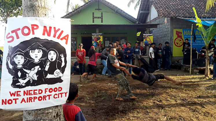 Art of resistance: Residents of Kulon Progro, Yogyakarta, who have formed an association rejecting eviction in Kulon Progo, stage an art performance on Tuesday to express their opposition to the planned New Yogyakarta International Airport.