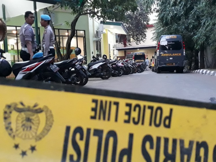Police seal off the National Police hospital in Kramat Jati, East Jakarta, on Wednesday afternoon after ambulances bringing dead bodies of casualties in the Mobile Brigade headquarters (Mako Brimob) in Kelapa Dua, Depok, West Java, riot on Tuesday evening, came in.