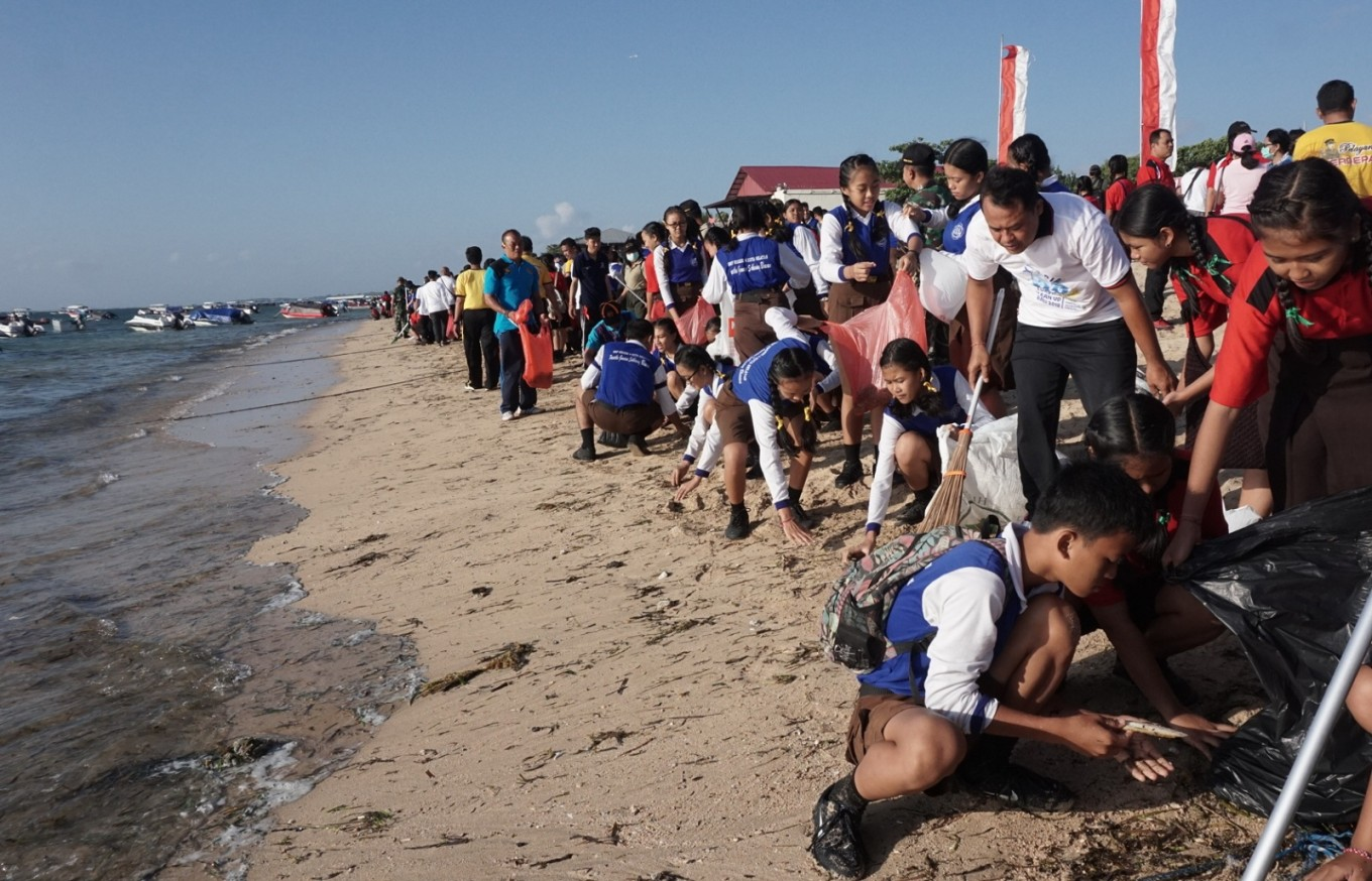 Thousands join coastal clean-up in Bali
