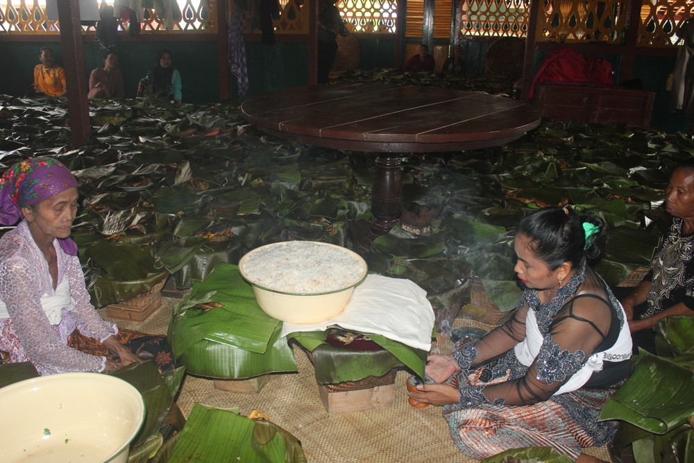 Emik, the wife of Ukat, prays for food that will be handed over to Ukat, the head of another traditional Sundanese community.