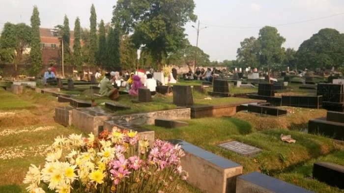 Jakartans flock to public cemeteries before start of Ramadhan