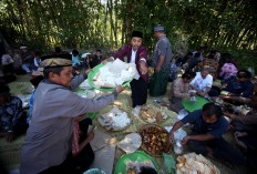 Villagers share various foods that are brought into the cemetery complex. JP/Boy T. Harjanto