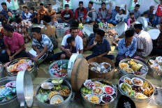 Getting social: Villagers mingle, eat and chat with one another during the Sadranan ceremony. JP/Maksum Nur Fauzan