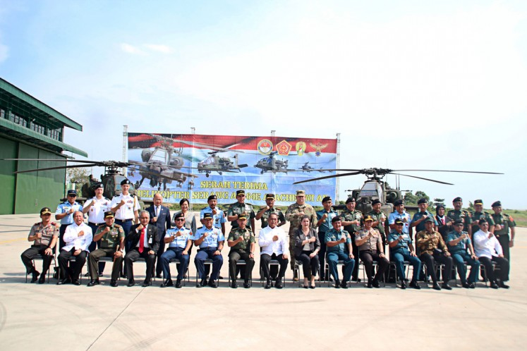 Defense Minister Ryamizard Ryacudu, Army chief of staff Gen. Mulyono, US Deputy Ambassador Erin McKee and several TNI and National Police officials take a picture after the handover ceremony of eight Apache helicopters purchased by the Indonesian government from the US at Ahmad Yani Air Force Base in Semarang, Central Java, on May 16.