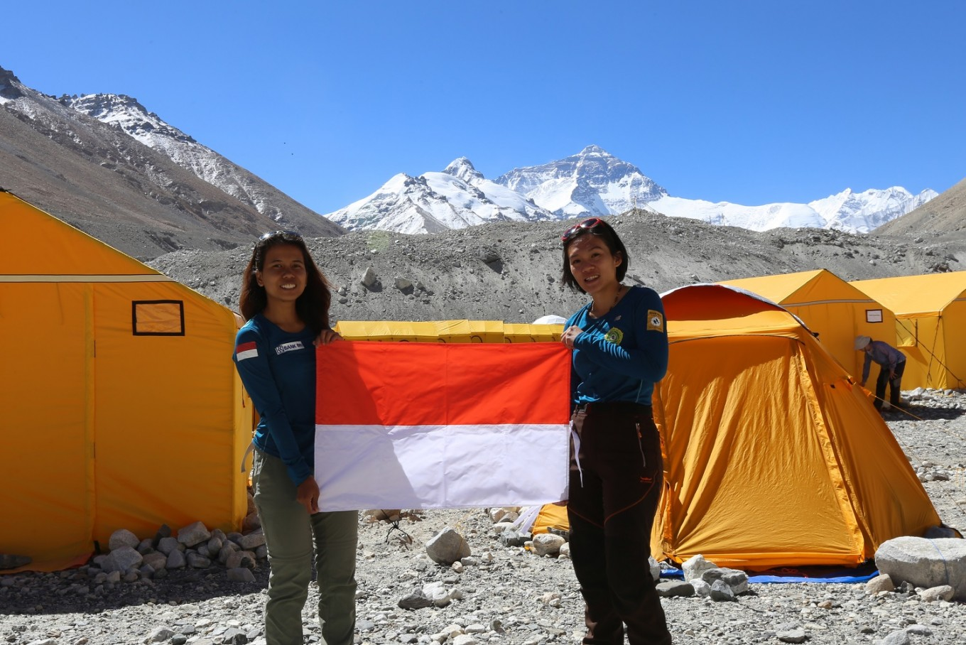 Two female students hoist national flag on Mt. Everest, conquer seven summits