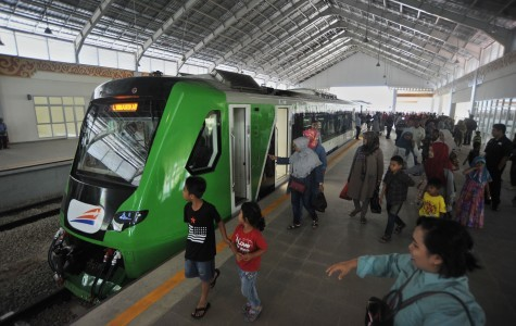 Jokowi launches airport train in West Sumatra