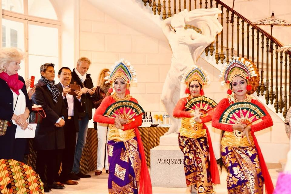 Parisians embrace Indonesian culture in front of The Louvre  Art  Culture  The Jakarta Post