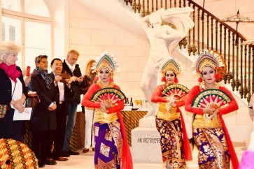 Parisians embrace Indonesian culture in front of The Louvre