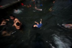 A girl does the backstroke. JP/Boy T. Harjanto