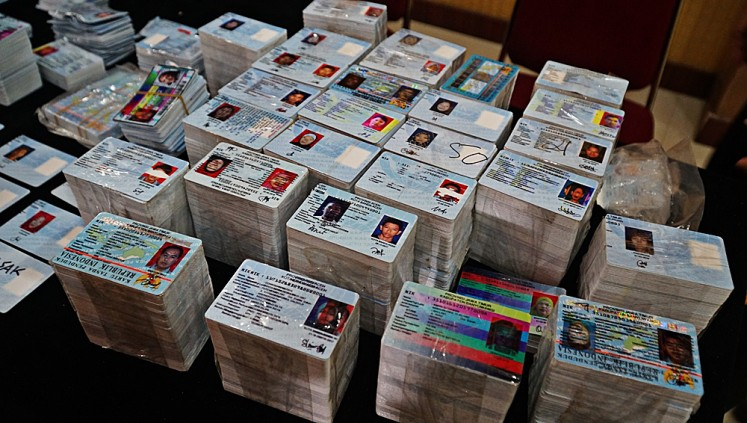 Piles of e-IDs found scattered on Jl. Raya Salabenda are put on display for journalists at a press conference at the Bogor Police station on Monday.