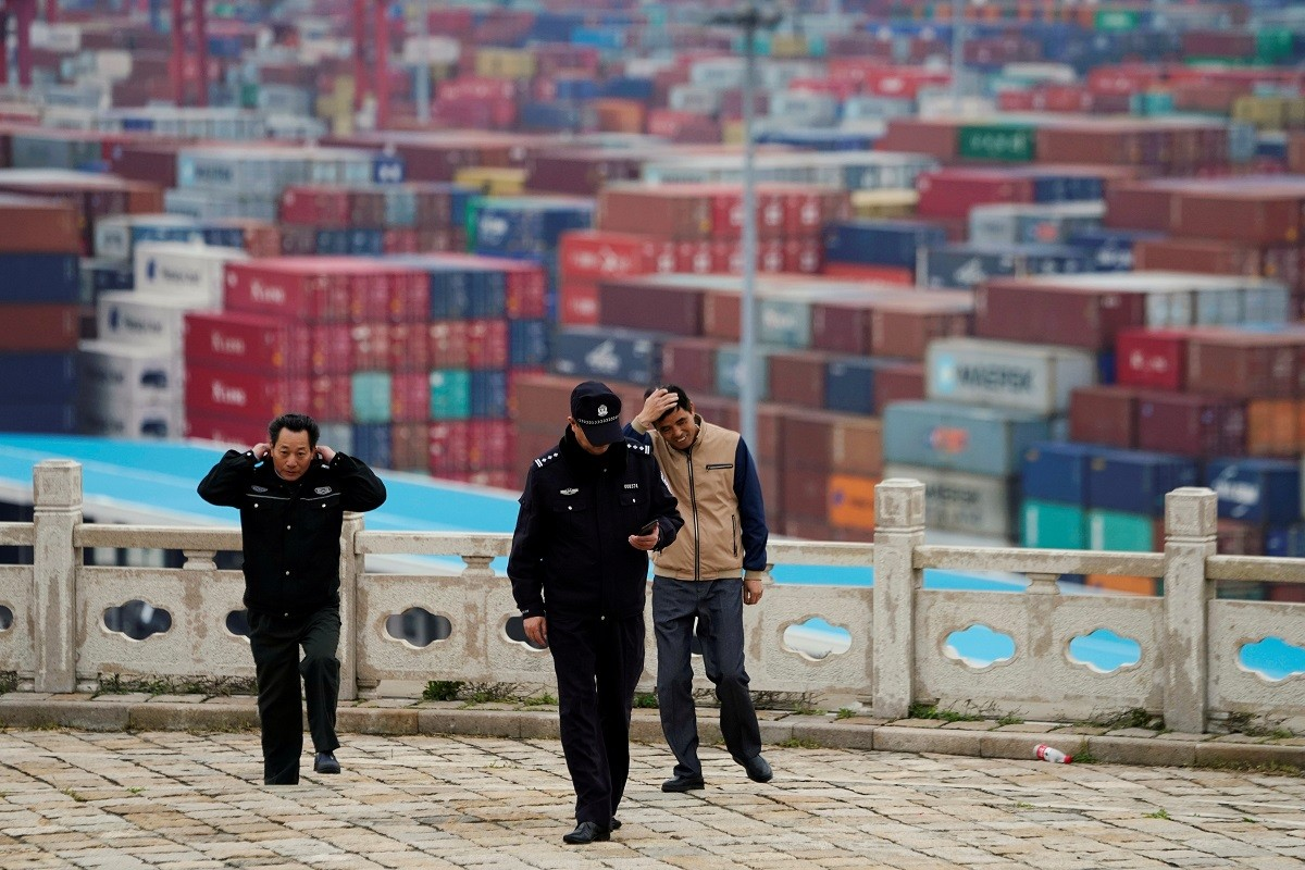 Chinese growth shows signs of flagging as leaders tackle problems
