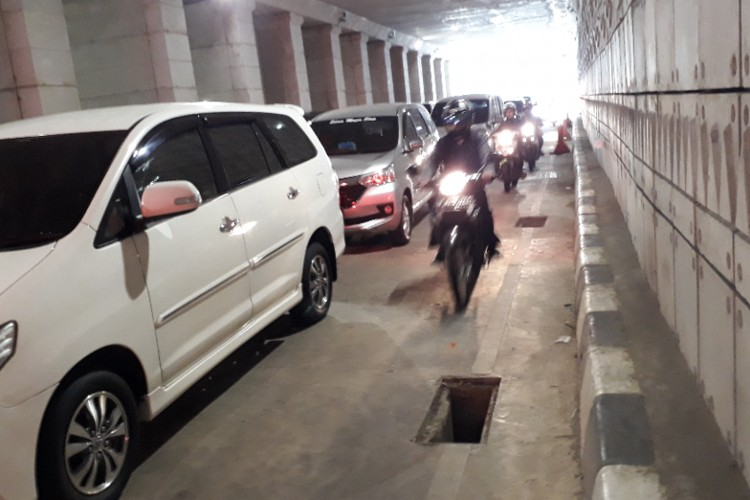 Manhole covers on South Jakarta underpass disappear