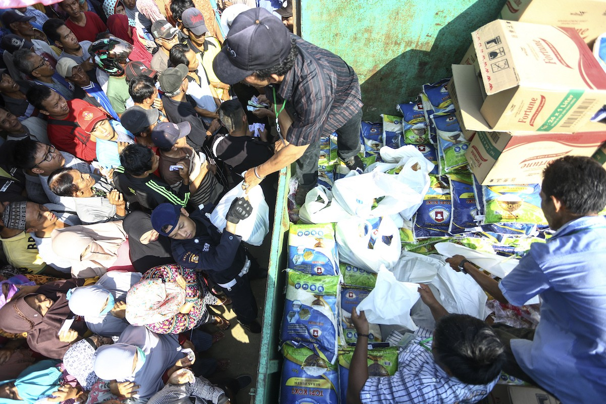 Foundation holds subsidized market to help the poorduring Ramadhan