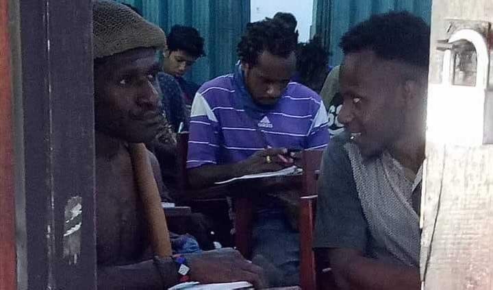Papuan students start wearing 'koteka' to school