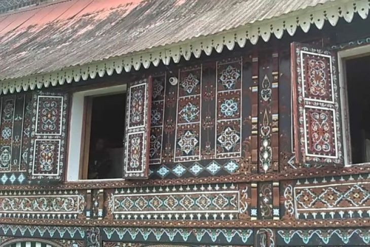 The mosque is covered in carvings usually found on 'rumah gadang', the traditional house of West Sumatra.