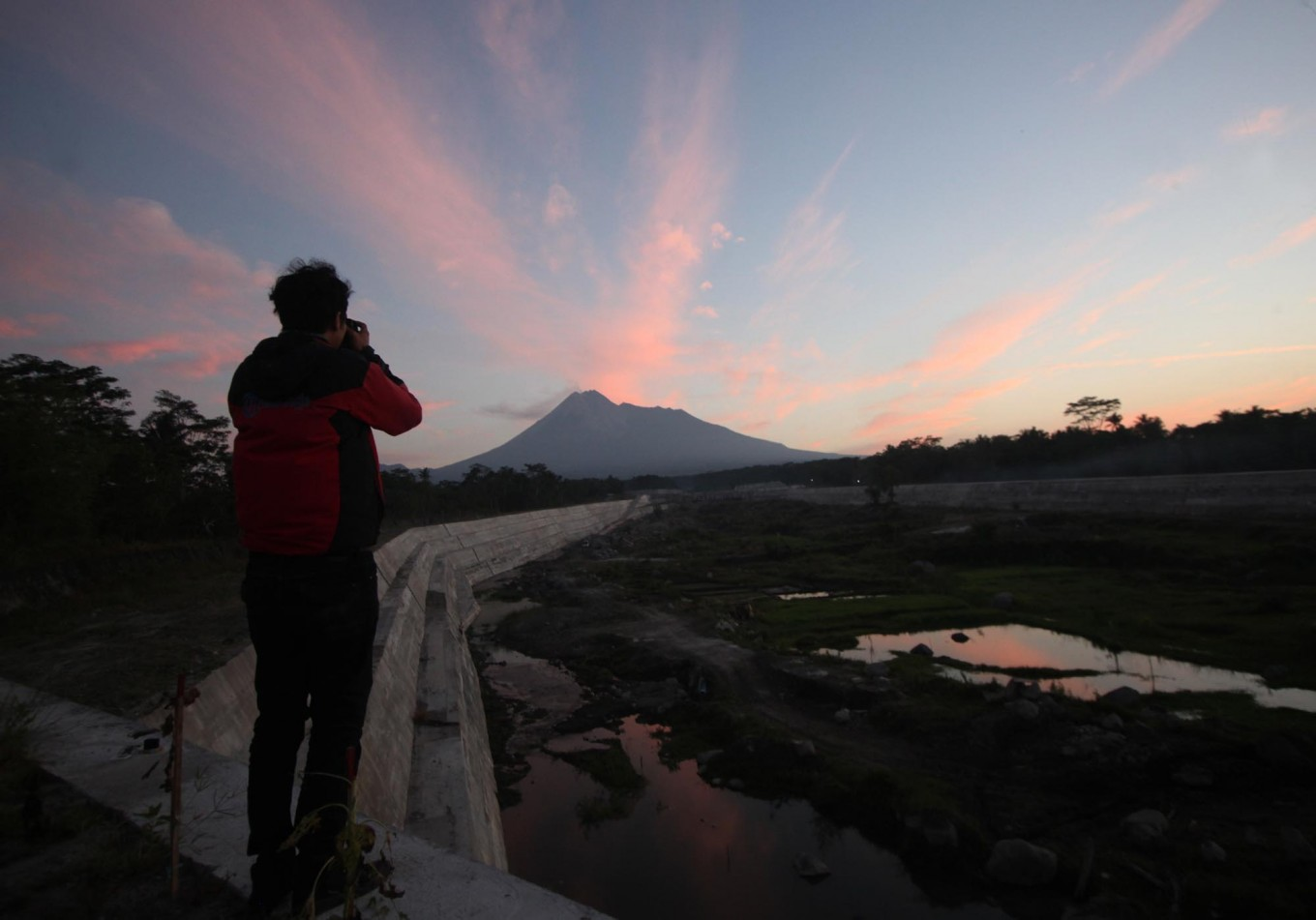 A photographer captures the beautiful scenery of Mount Merapi from Bronggang village in Cangkringan district, Sleman regency, Yogyakarta, on June 2, 2018. JP/Boy T. Harjanto