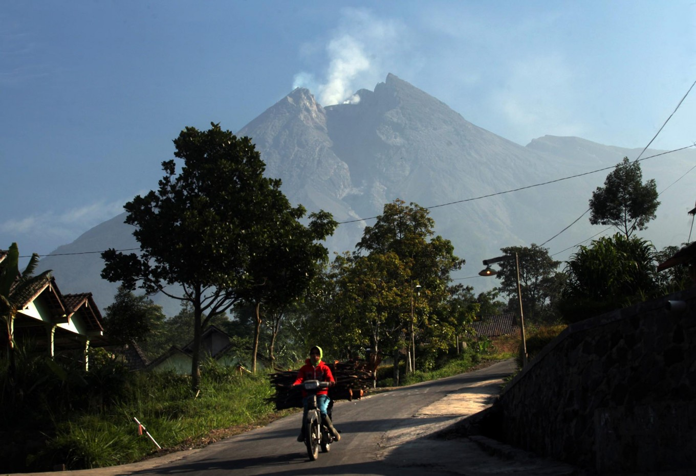 Volcanology center advises 3 km safe distance from erupting Mt. Merapi