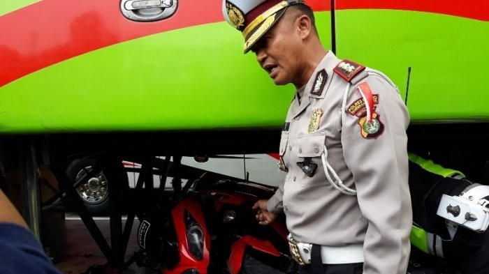 Big sport motorcycle found in bus' trunk