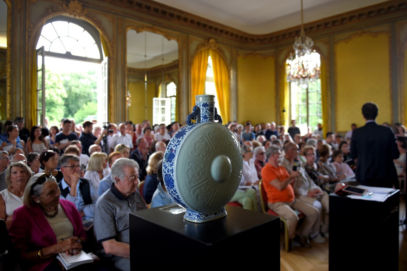 18th century Chinese moon flask sells for 4.1 million euros