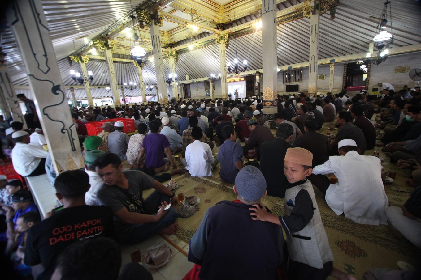 Pilgrims listen to Islamic teachings while waiting for the breaking of the fast. JP/Boy T. Harjanto