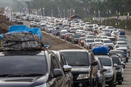 Vehicles crawl along the Salatiga-Kartasura toll road in Central Java on June 10, 2018, amid the exodus as people travel to their hometowns to celebrate Idul Fitri.