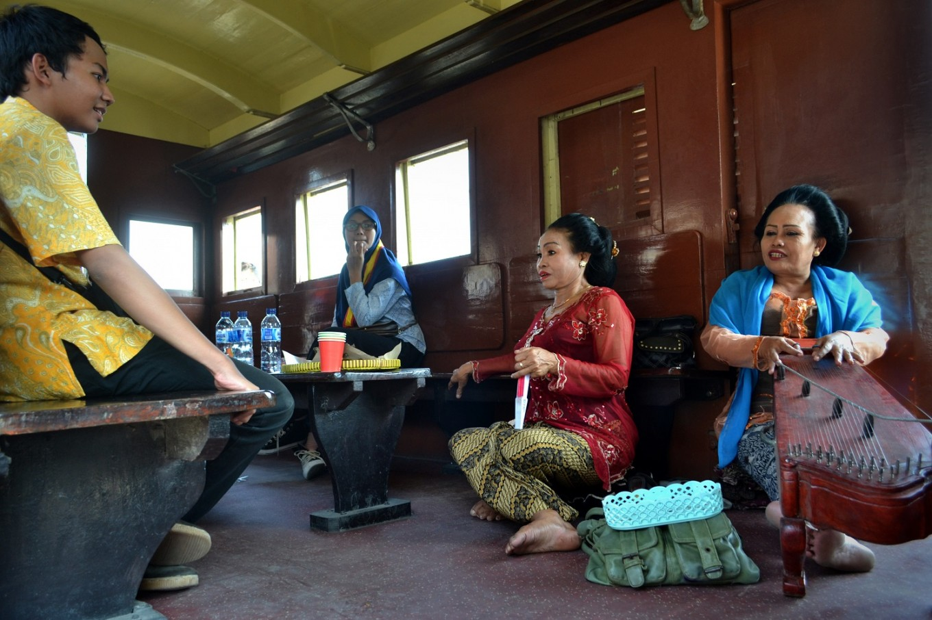 Traditional Javanese 'siteran' music is performed on board the Jaladara train.