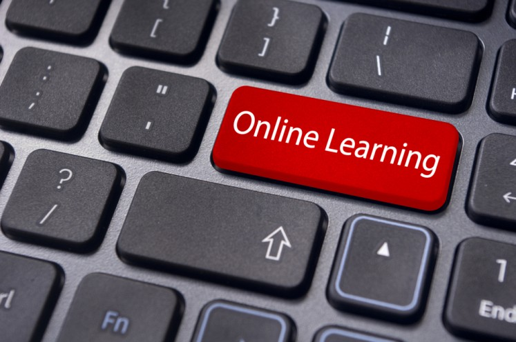 Parents struggling to keep kids focused during online learning