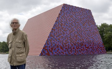 Artist Christo launches 7,500 floating barrels in London