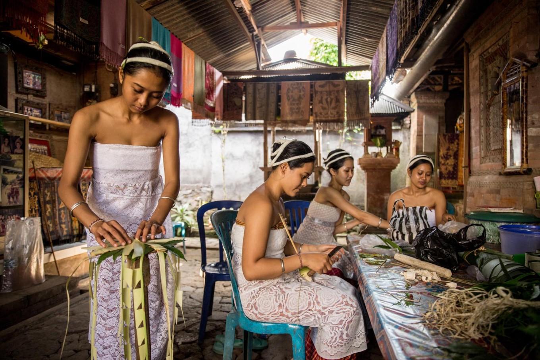 Skilfull hands: Tengananese girls make offerings at the Truna Nyoman house ahead of Mekare-kare. JP/Agung Parameswara