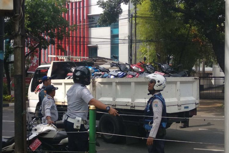 Motorcyclist fined Rp 500,000 for parking on City Council sidewalk