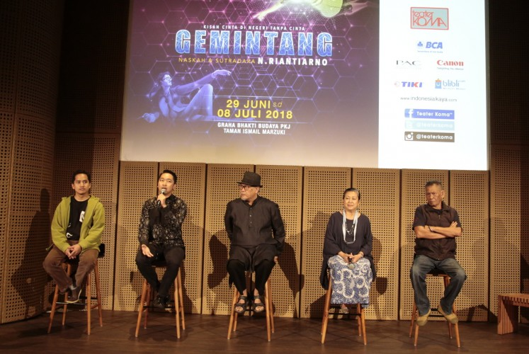 Composer Fero Aldiansyah Stefanus (left), Billy Gamaliel from the Bakti Budaya Djarum Foundation (second left), director Nano Riantiarno (center), production head Ratna Riantiarno (second right) and art director Idries Pulungan answer questions during press conference for