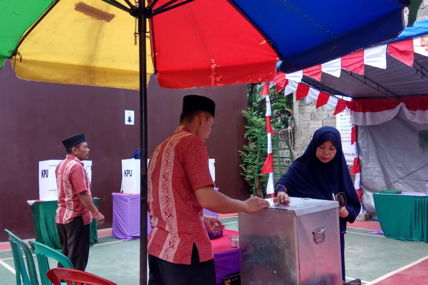 A voter submits her ballot at a polling station in Kalibaru subdistrict, Depok, West Java on Wednesday, June 27, 2018. In the West Java gubernatorial election, Ridwan Kamil and Uu Ruzhanul Ulum won in the quick count result. JP/Ricky Yudhistira