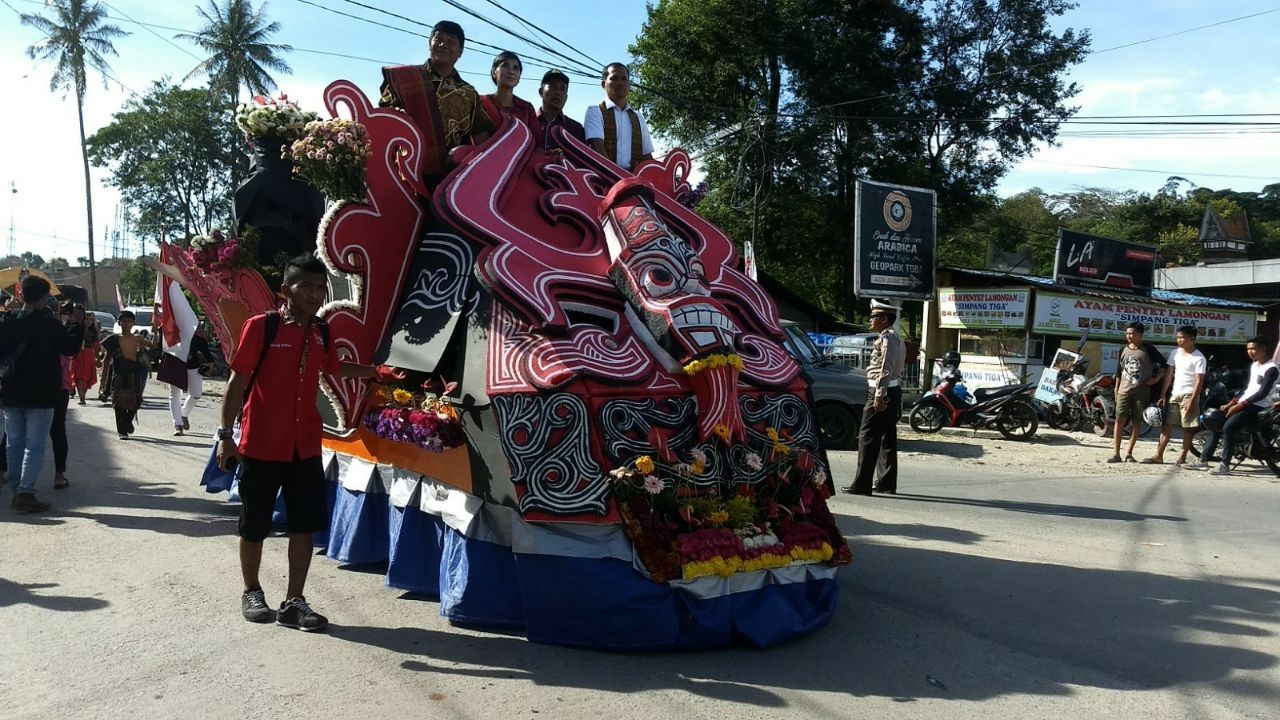 The carnival features a colorful parade.
