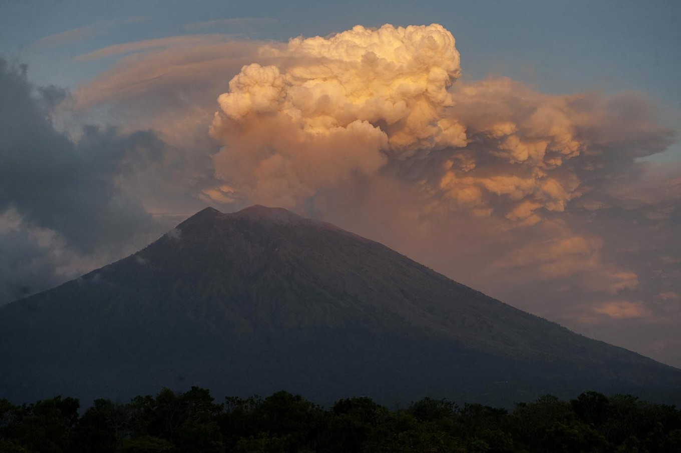 Mt. Agung eruption continues, airport operations 'normal'