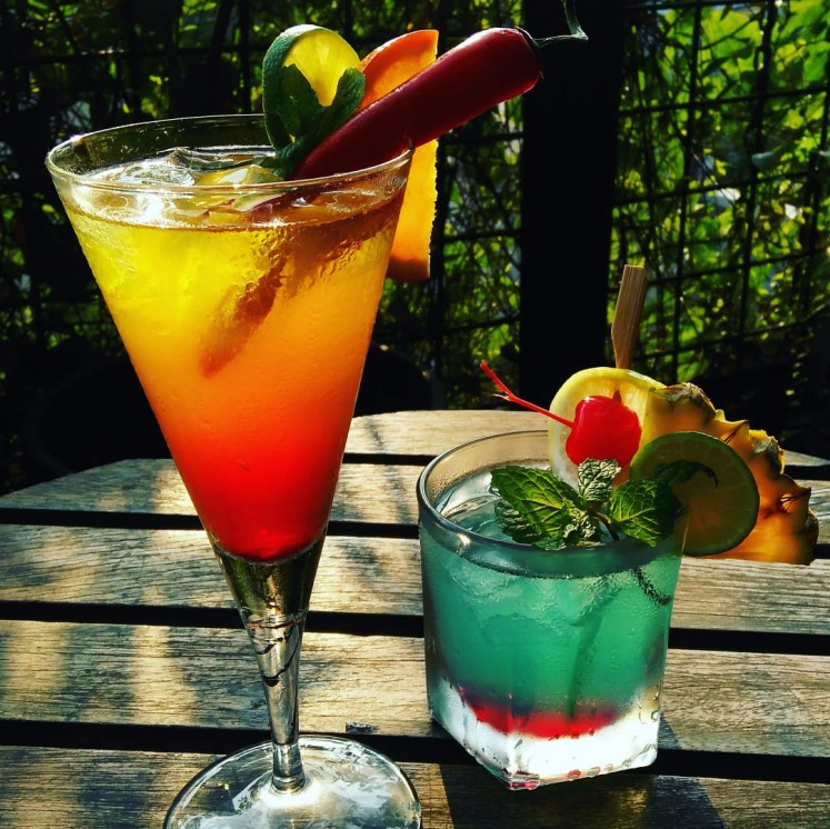 Awan Lounge's drinks: Surabaya Sling (left) and Jakarta Street (right).