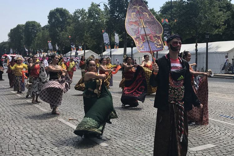 Indonesia takes part in Paris' Tropical Carnival