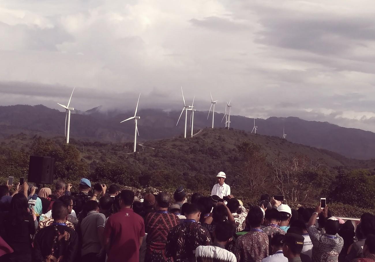 "Presiden Joko ""Jokowi"" Widodo saat meresmikan kebun angin Sidrap pada bulan Juli | Foto: Andi Hajramurni / Jakarta Post"