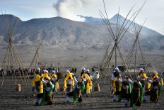 Joy and happiness: Dancers perform the Kidung Tengger dance near Mount Bromo in Probolinggo, East Java, as part of the Yadnya Kasada ritual. JP/ Aman Rochman